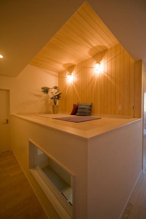 木に包まれた深呼吸したくなる家 モダンデザインの 多目的室 の エムズ アーキテクト デザイン 一級建築士事務所 モダン