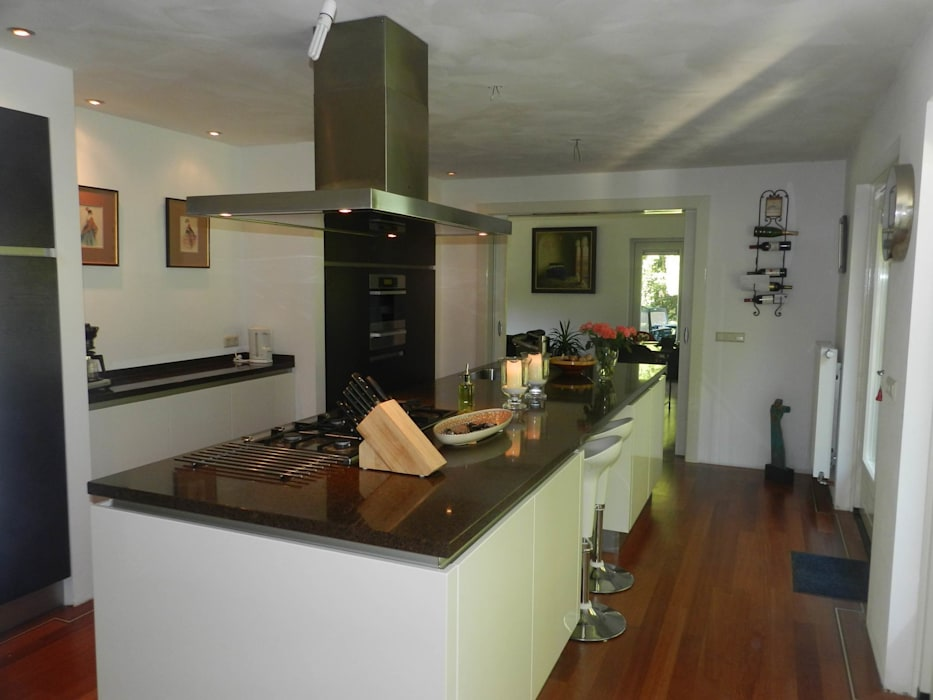 Wit kookeiland met geintegreerde zitplek :  Keuken door Tinnemans Keukens