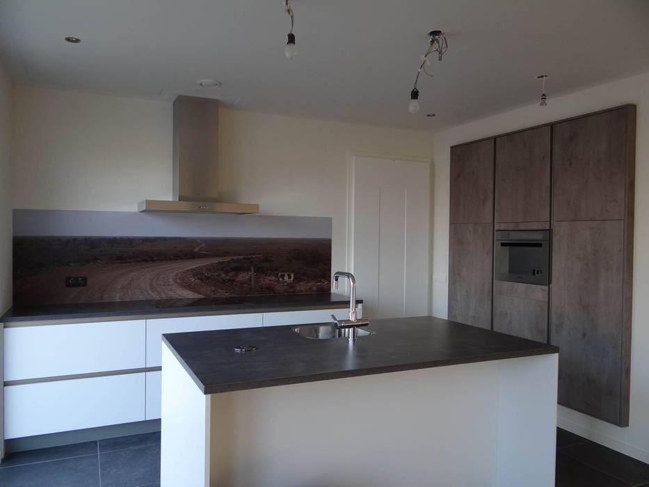 Kookeiland wit gecombineerd met houtkleur Moderne keukens van Tinnemans Keukens Modern