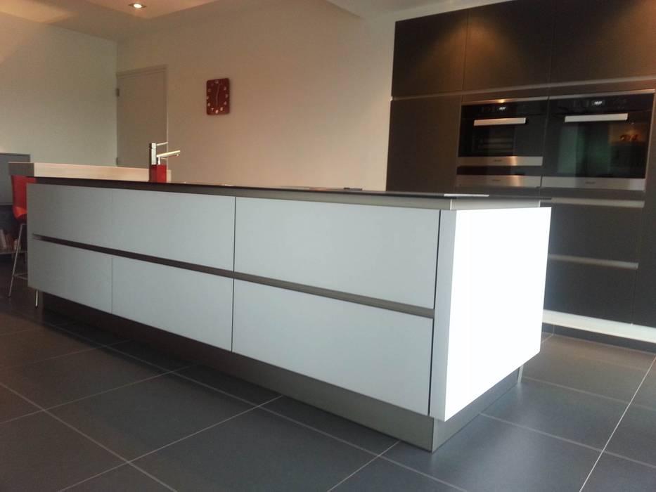 Strak kookeiland met luxe hoge kasten Moderne keukens van Tinnemans Keukens Modern