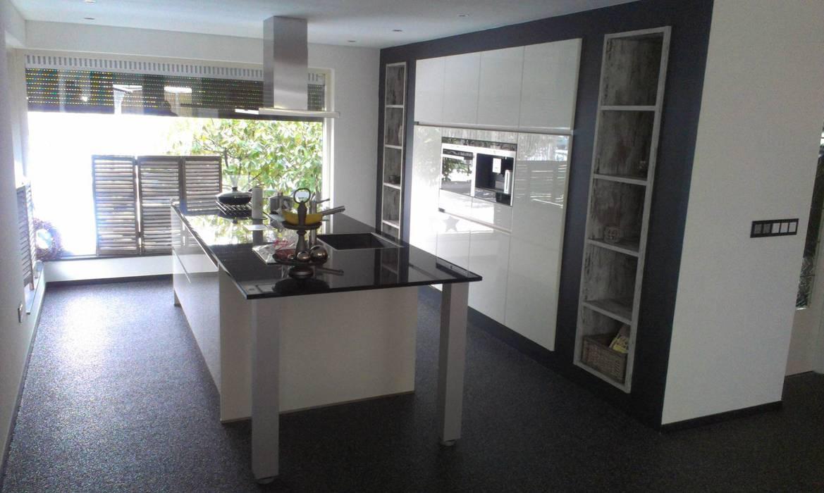 Wit kookeiland met verzonken hoge kasten:  Keuken door Tinnemans Keukens