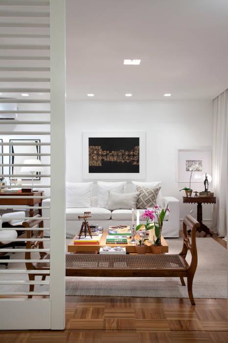 Sala de Estar Salas de estar ecléticas por Angela Medrado Arquitetura + Design Eclético