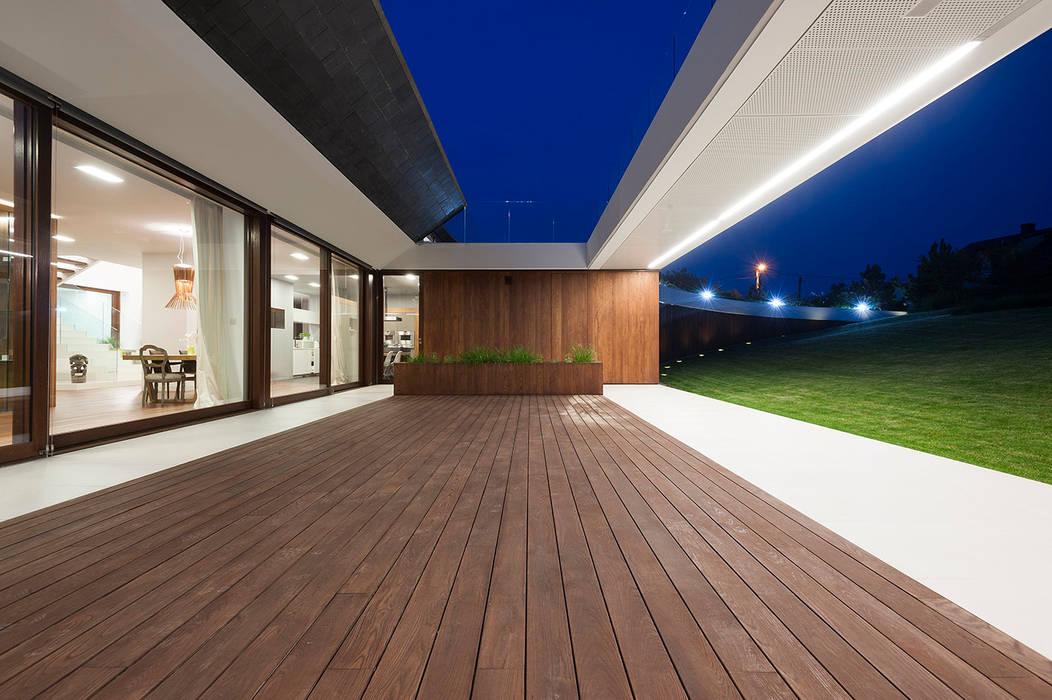 Balcones y terrazas modernos de MOBIUS ARCHITEKCI PRZEMEK OLCZYK Moderno
