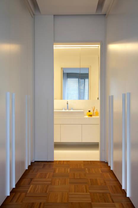Suíte Master: Corredores e halls de entrada  por Angela Medrado Arquitetura + Design