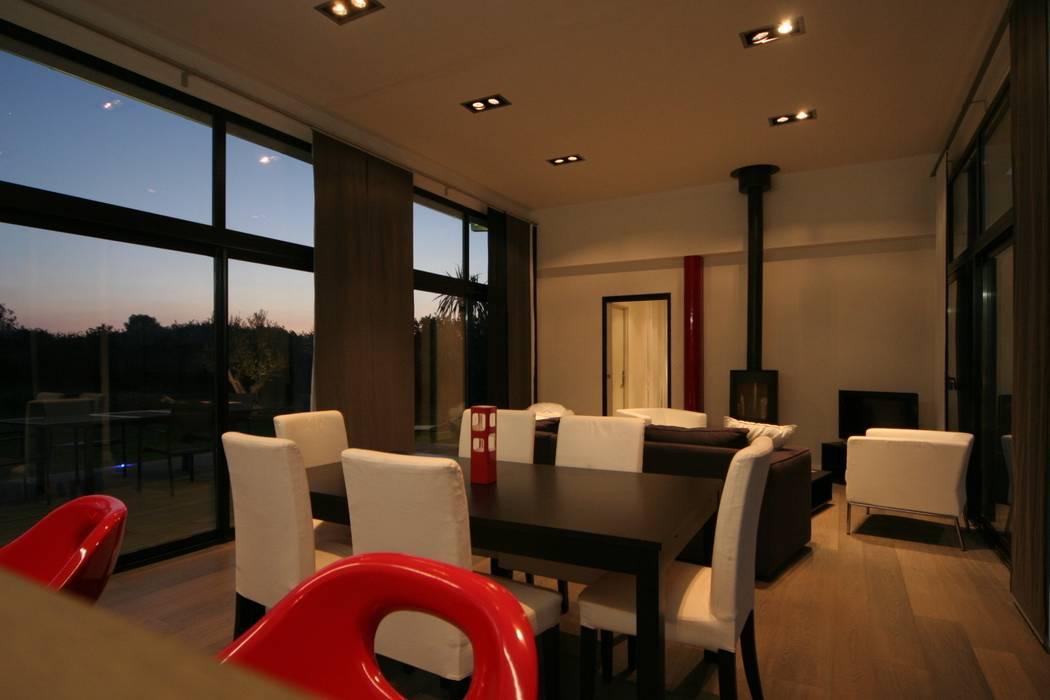 Construction d'une villa contemporaine à Loctudy: Salle à manger de style  par LE LAY Jean-Charles