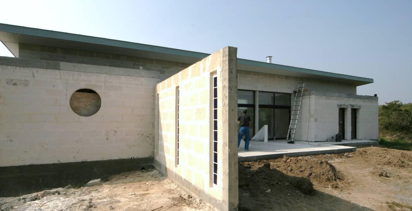 Construction d'une villa contemporaine à Loctudy: Maisons de style  par LE LAY Jean-Charles