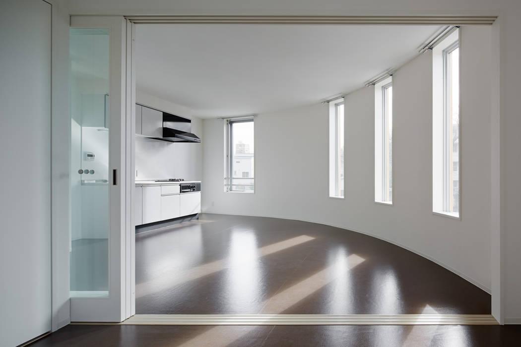 寝室から見たリビング・ダイニング by 久保田章敬建築研究所 Modern