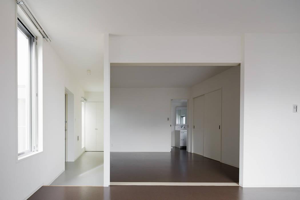 リビングから見た寝室 by 久保田章敬建築研究所 Modern