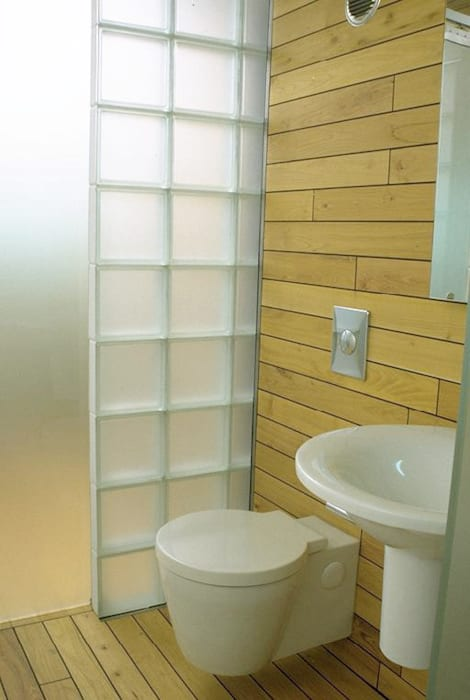 Waschbecken und toilette moderne badezimmer von atelier ...