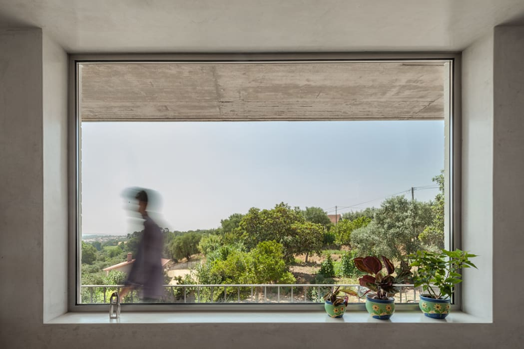 Casa sobre Armazém: Salas de estar  por Miguel Marcelino, Arq. Lda.