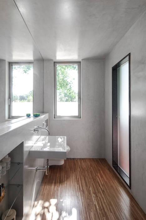 Casa sobre Armazém: Casas de banho modernas por Miguel Marcelino, Arq. Lda.