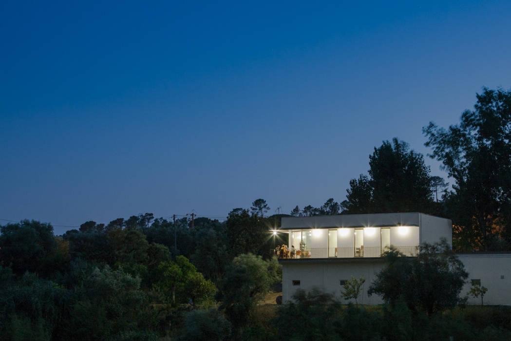Casa sobre Armazém: Casas  por Miguel Marcelino, Arq. Lda.