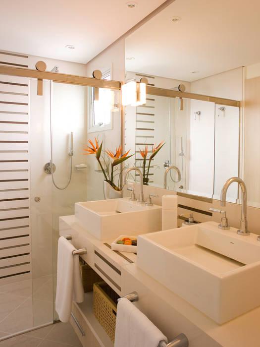 Suite do casal: Banheiros  por Flávia Brandão - arquitetura, interiores e obras