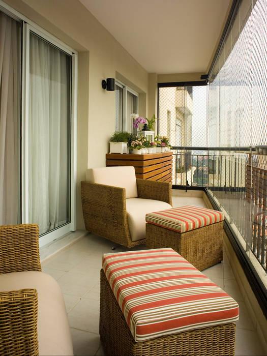 varanda de apartamento Varandas, alpendres e terraços tropicais por Flávia Brandão - arquitetura, interiores e obras Tropical