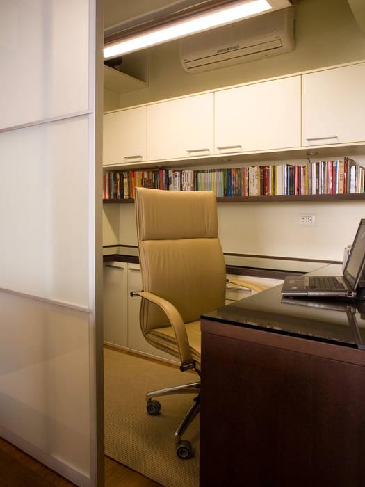Home Office: Escritórios  por Flávia Brandão - arquitetura, interiores e obras,Clássico