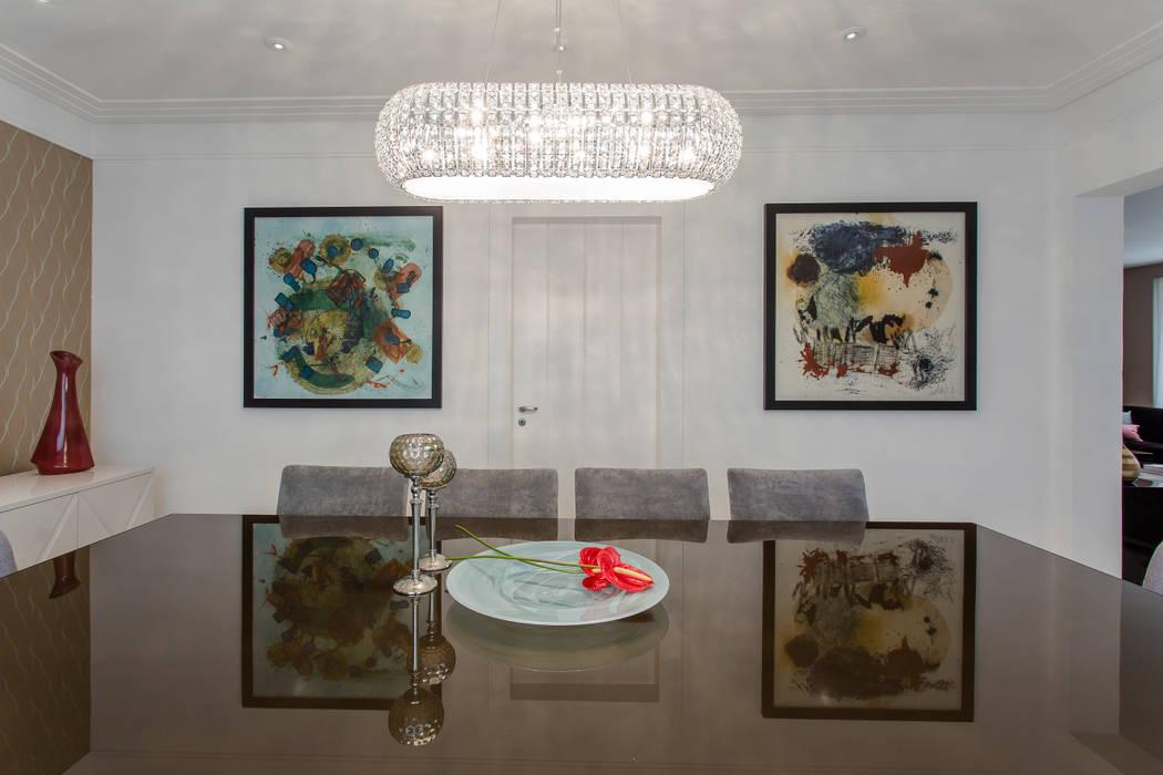 Sala de jantar com obras de arte: Salas de jantar  por Helen Granzote Arquitetura e Interiores