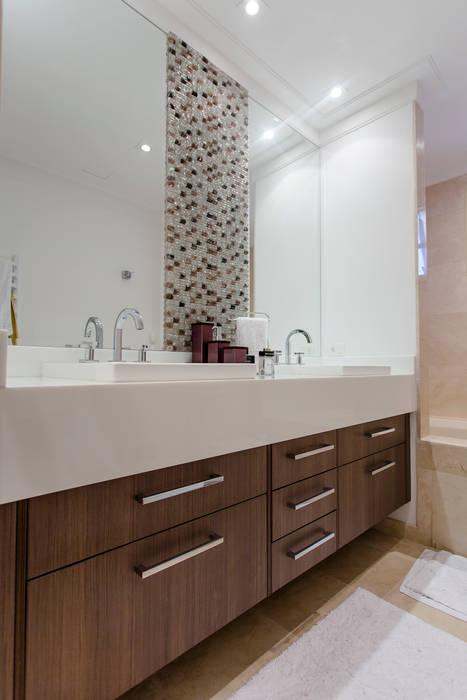 Banho casal com detalhe em mosaico de resina: Banheiros modernos por Helen Granzote Arquitetura e Interiores