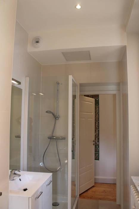 suite parentale: Salle de bains de style  par Agence ADI-HOME