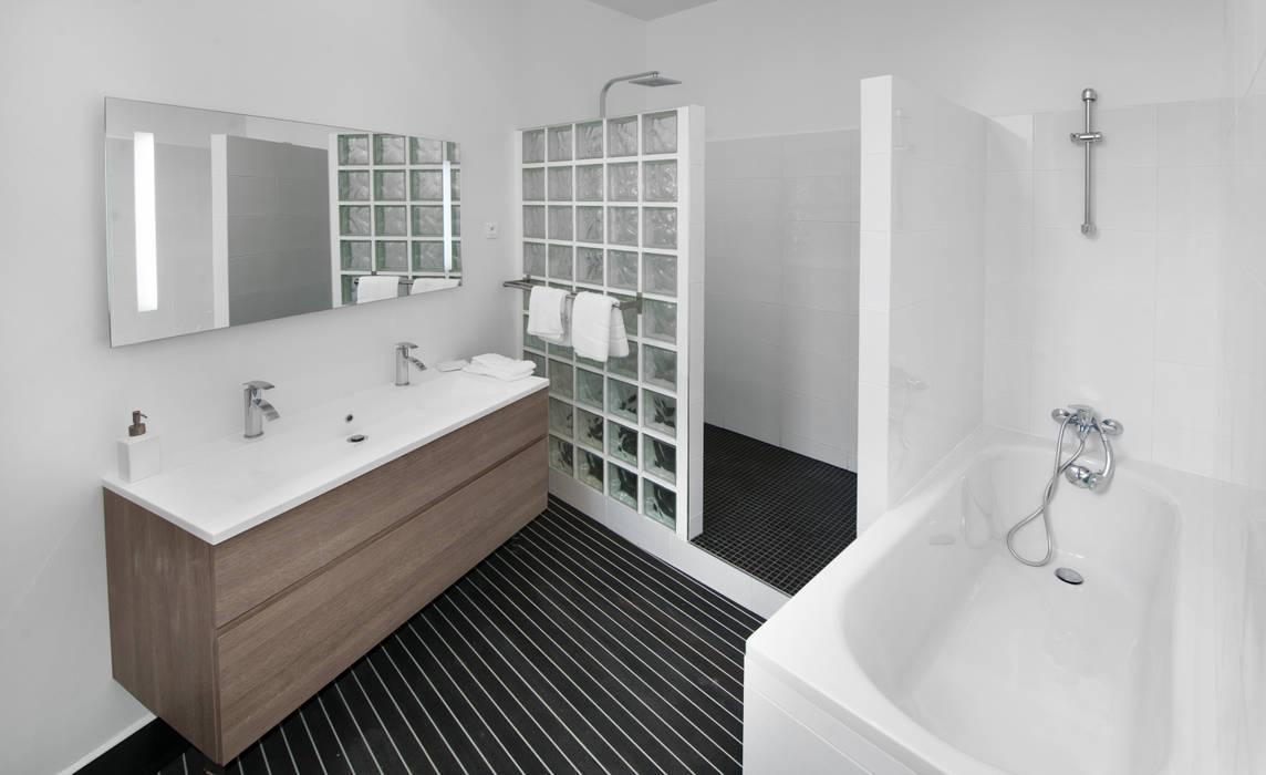 Salle de Bain: Salle de bains de style  par H2C GROUP