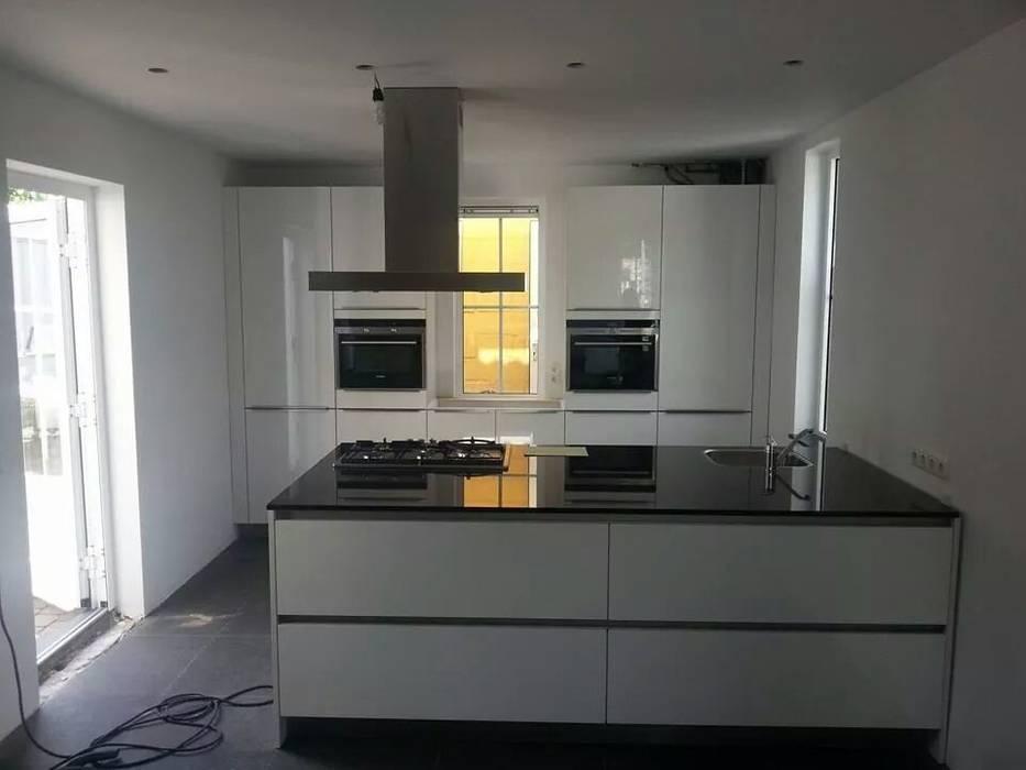 Modern wit kookeiland :  Keuken door Tinnemans Keukens, Modern