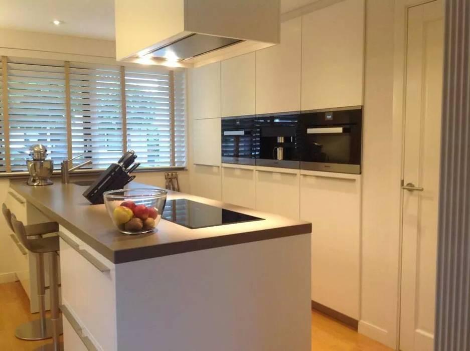 Strak kookeiland Moderne keukens van Tinnemans Keukens Modern