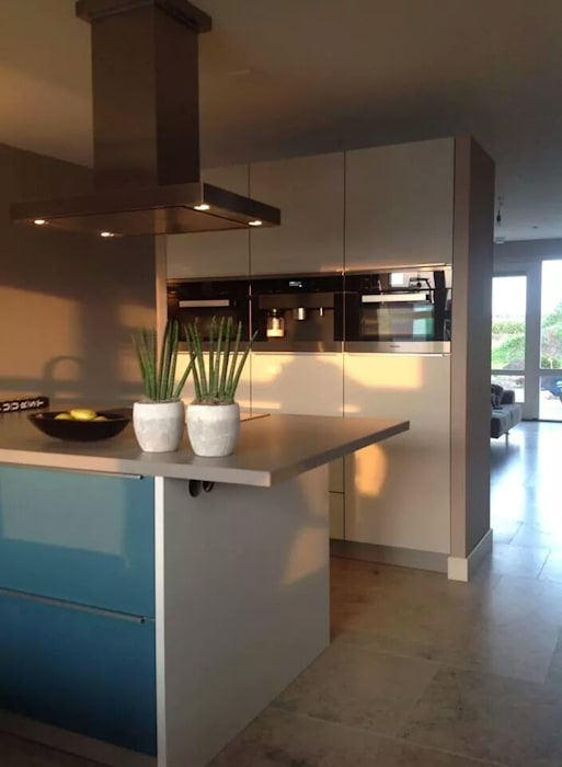 Modern kookeiland ijsblauw:  Keuken door Tinnemans Keukens