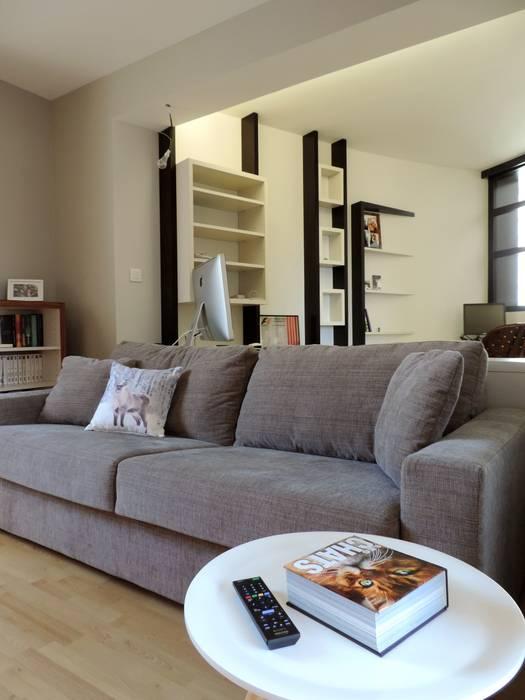 un espace multimédia pouvant servir de chambre d'amis: Salle multimédia de style  par Emilie Bigorne, architecte d'intérieur CFAI