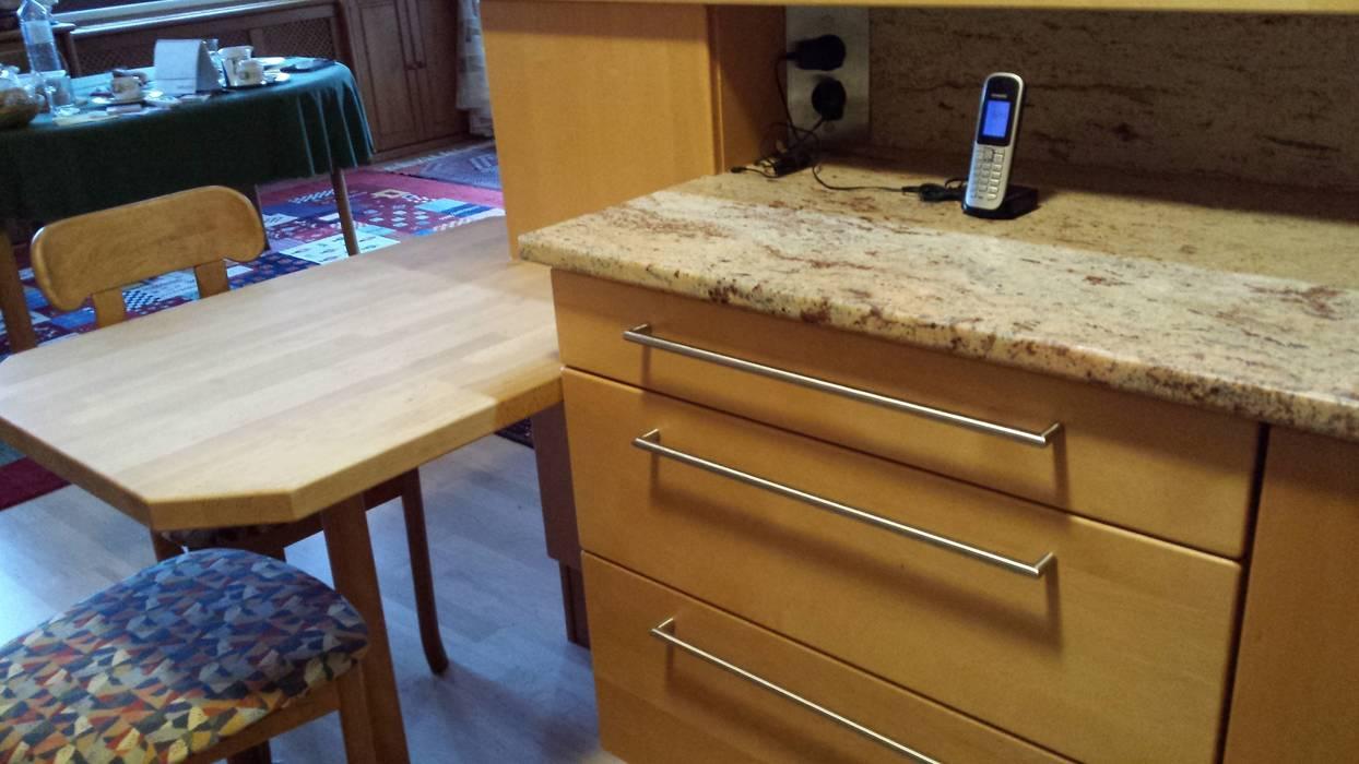 Vollholzkuche In U Form Mit Steinarbeitsplatte Und Fruhstuckstisch