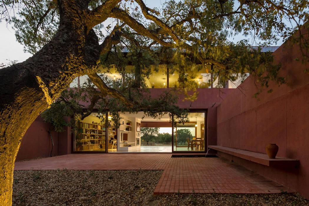 Casa com Três Pátios Casas modernas por Miguel Marcelino, Arq. Lda. Moderno