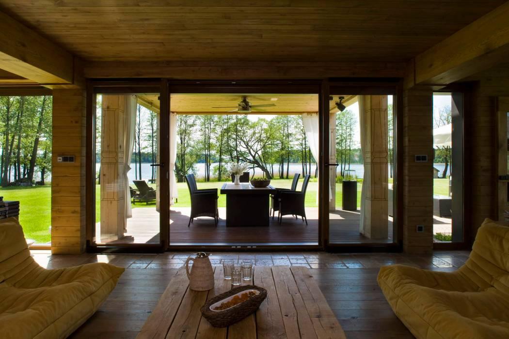 widok z salonu na taras i jezioro Wiejski balkon, taras i weranda od CUBICPROJEKT Wiejski