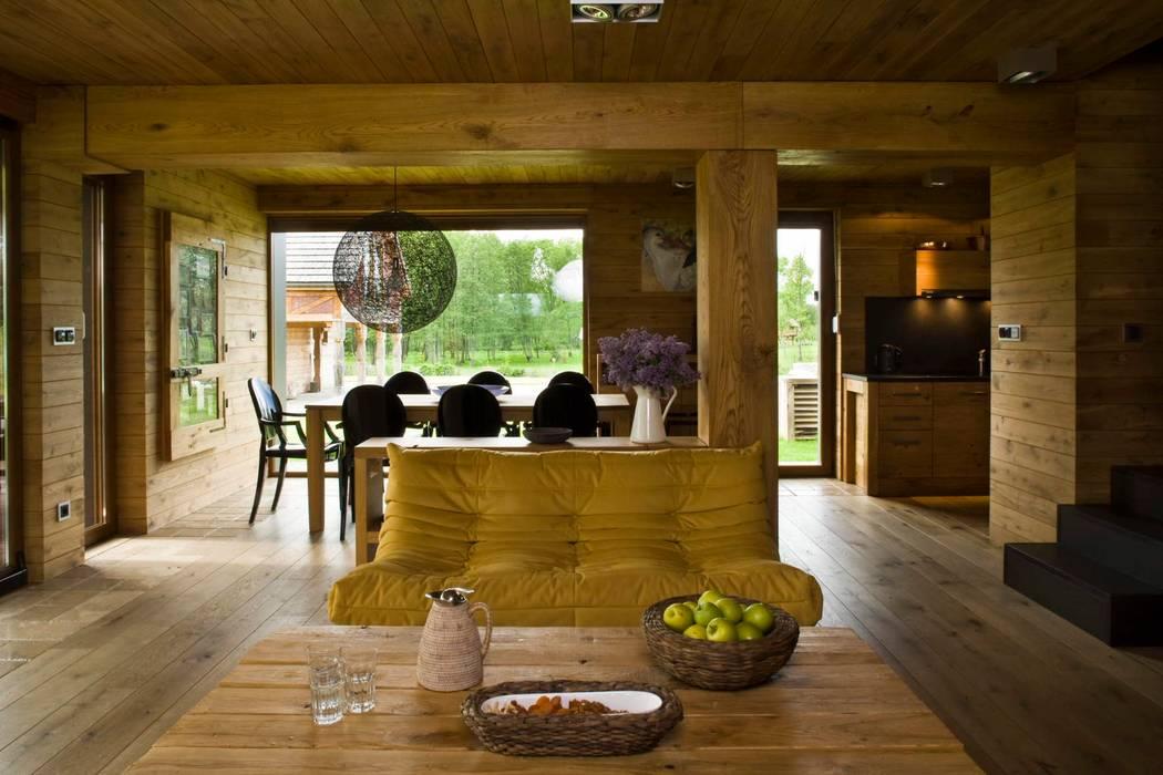 widok z salonu na jadalnie i kuchnie Wiejski salon od CUBICPROJEKT Wiejski