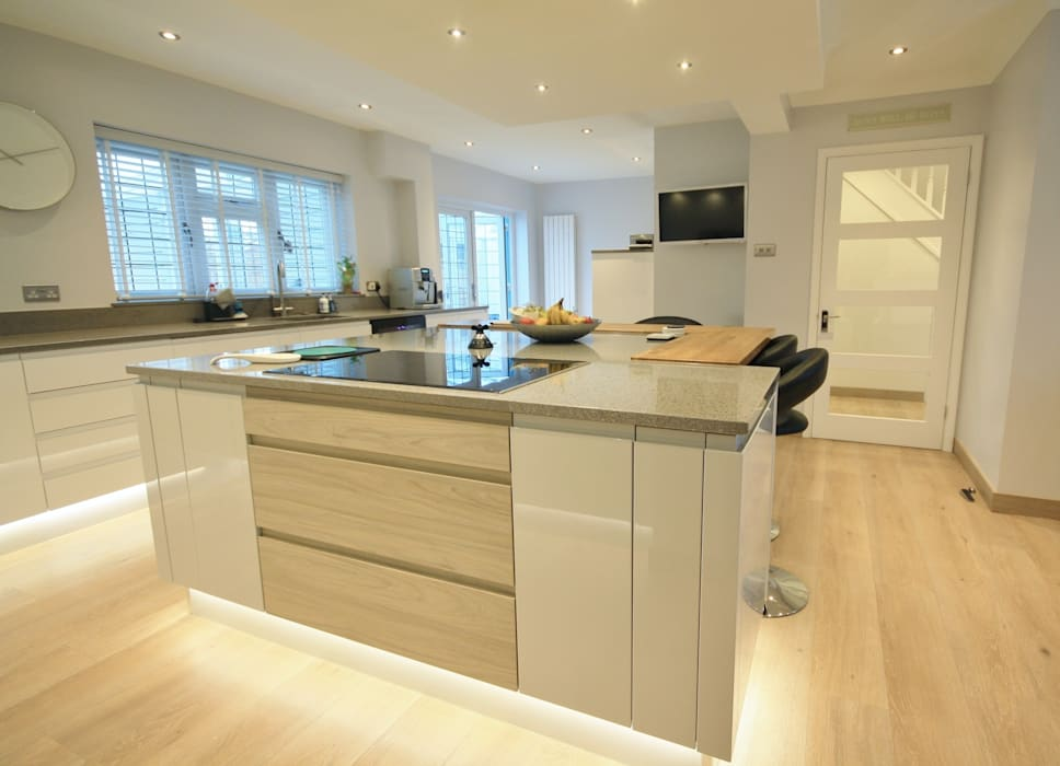 Modern Kitchen with Island and Mini Bar Cuisine moderne par Kitchencraft Moderne