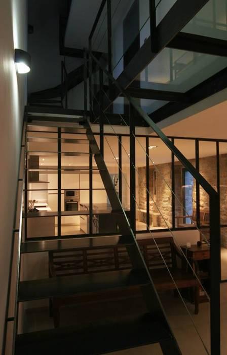 Rénovation d'une longère à Plouhinec: Couloir et hall d'entrée de style  par LE LAY Jean-Charles