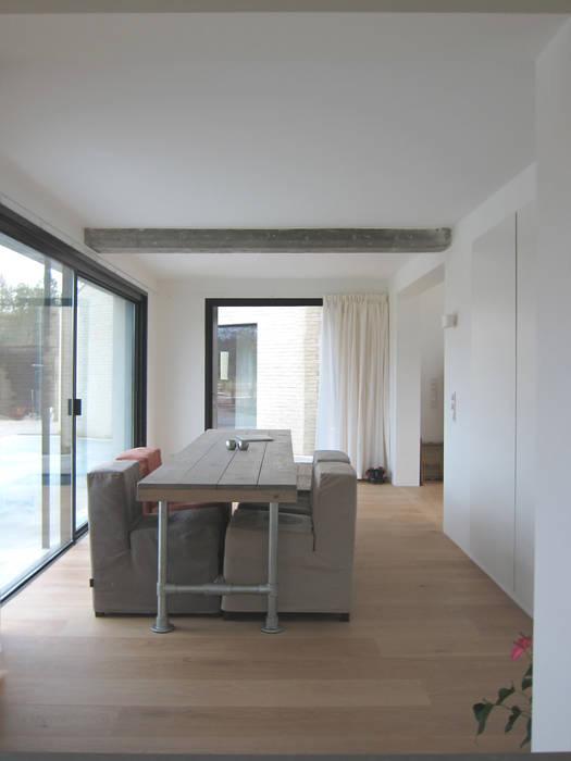 Minimalist dining room by Tim Versteegh Architect Minimalist