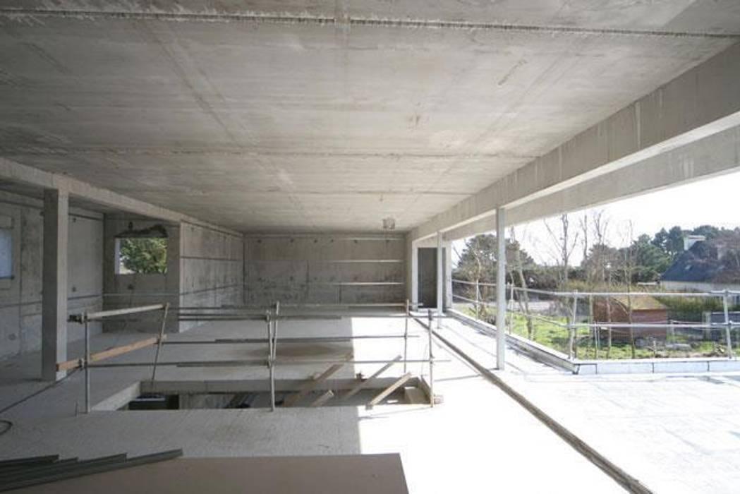 Construction d'une villa contemporaine à Bénodet: Salon de style  par LE LAY Jean-Charles