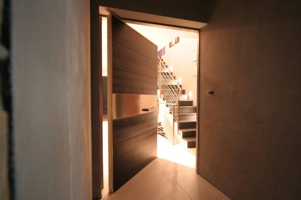 Construction d'une villa contemporaine à Bénodet: Couloir et hall d'entrée de style  par LE LAY Jean-Charles
