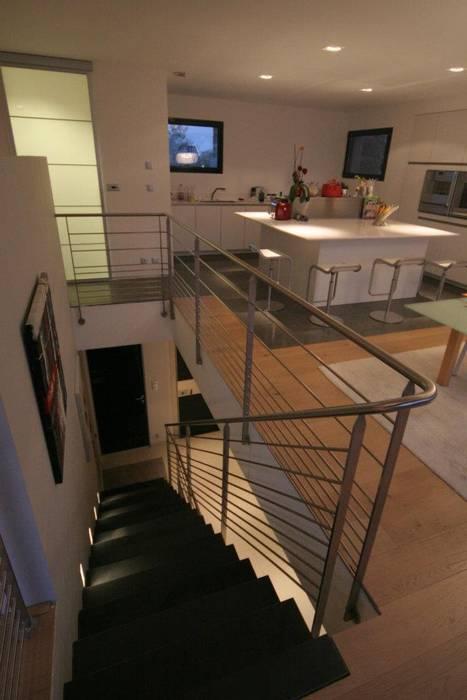 Construction d'une villa contemporaine à Bénodet: Cuisine de style de style Moderne par LE LAY Jean-Charles