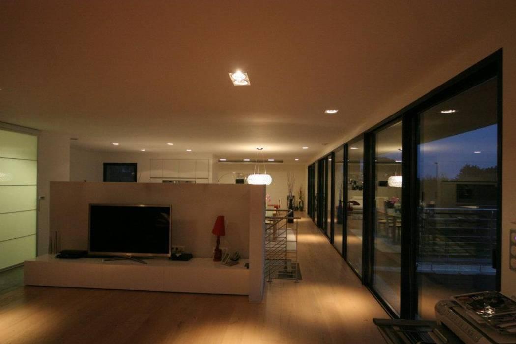 Construction d'une villa contemporaine à Bénodet: Salon de style de style Moderne par LE LAY Jean-Charles