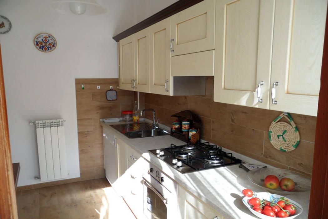 Spazio cucina: dagli anni '70 al country chic: Cucina in stile in stile Rustico di RGROOM