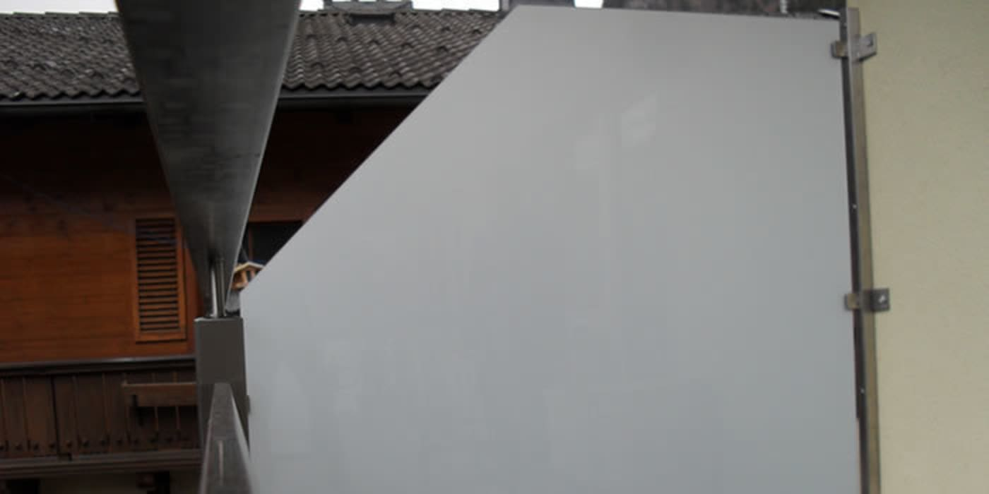 Edelstahl Windschutz Mit Vsg Sicherheitsglas Auf Einem Balkon