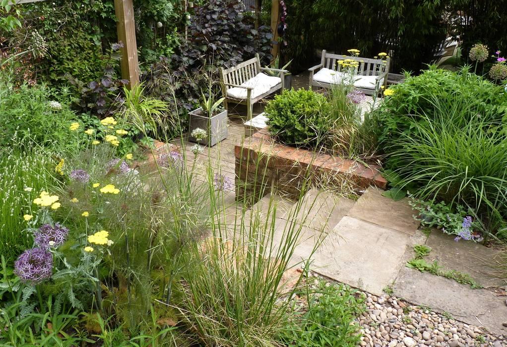 Bristol city garden in May Modern garden by Karena Batstone Design Modern