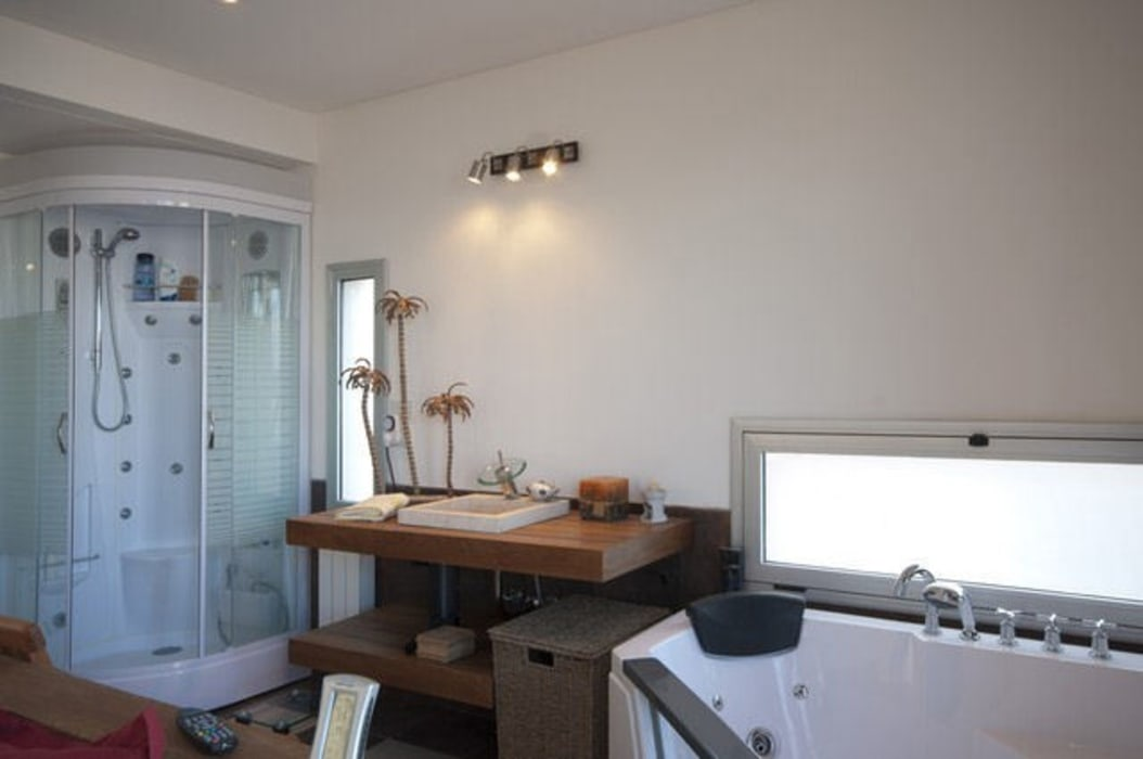 Bathroom by Family Houses, Modern