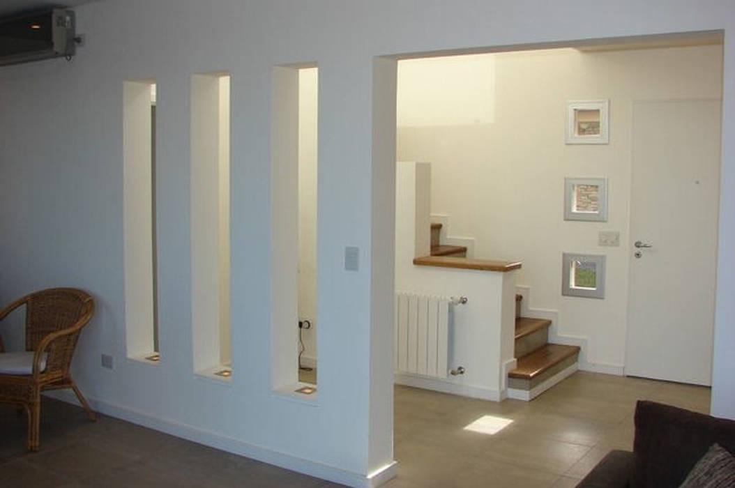 La Casa del Rio Pasillos, vestíbulos y escaleras modernos de Family Houses Moderno