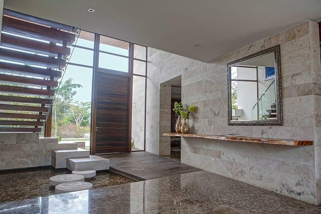 Tropical style corridor, hallway & stairs by Ancona + Ancona Arquitectos Tropical
