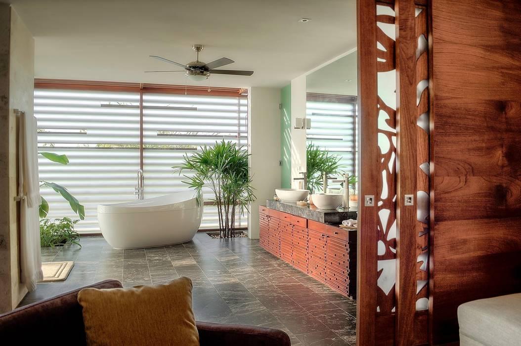 Ancona + Ancona Arquitectos Tropical style bathrooms