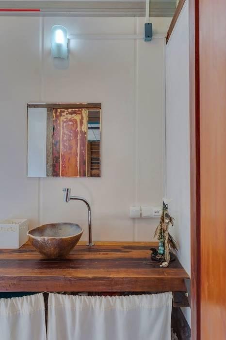 Casa ReFit: Banheiros rústicos por Ferraro Habitat