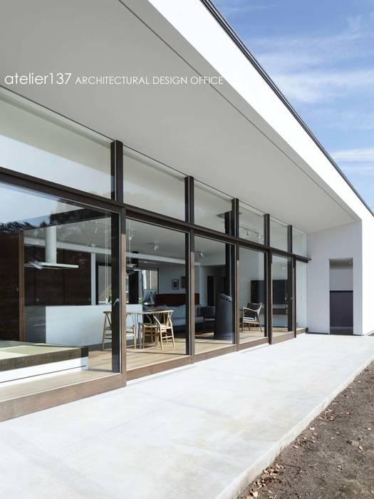 外観テラス~016小諸 I さんの家: atelier137 ARCHITECTURAL DESIGN OFFICEが手掛けたテラス・ベランダです。,モダン
