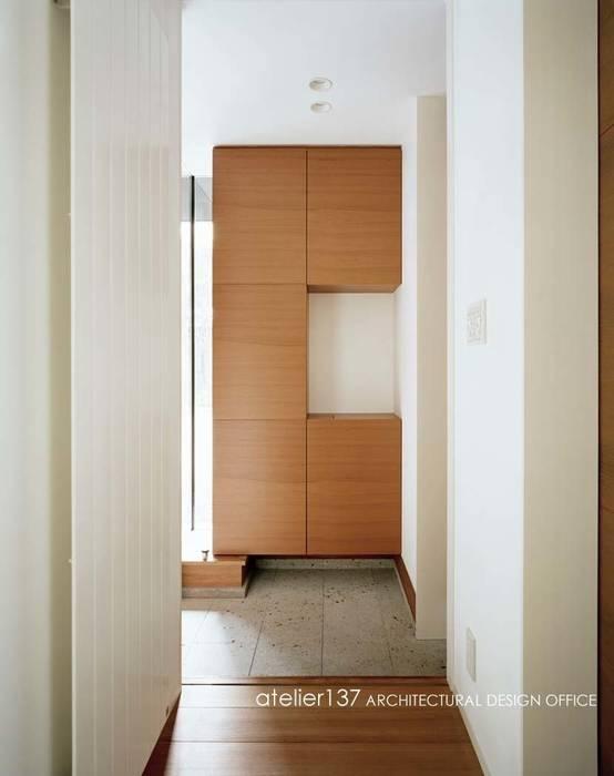 Couloir, entrée, escaliers modernes par atelier137 ARCHITECTURAL DESIGN OFFICE Moderne Pierre