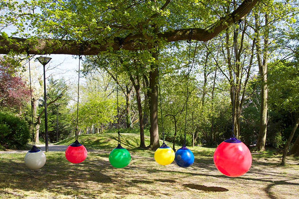 Les balançoires Ball au Mont-Valérien: Jardin de style de style Minimaliste par FAB design