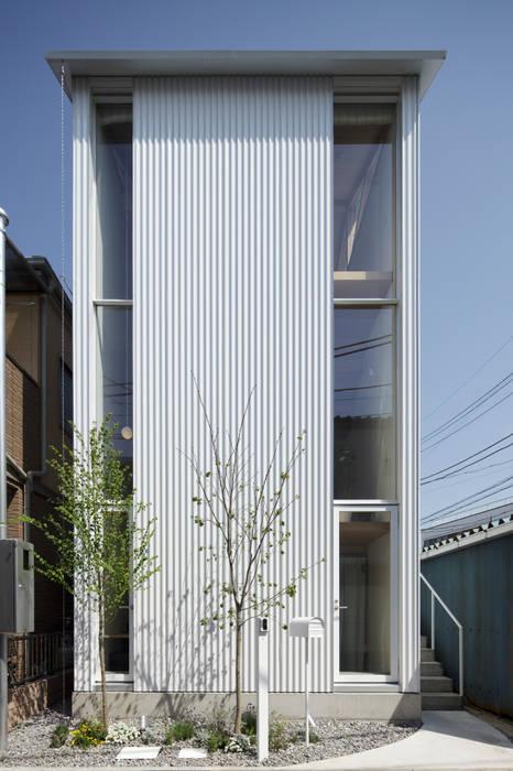 White hut and Tilia japonica 高橋真紀建築設計事務所 Maisons originales